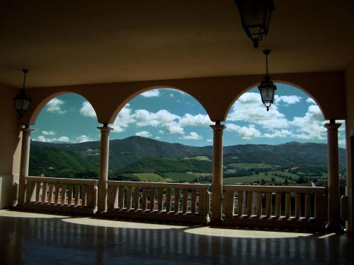 Widok z tarasu widokowego w Cascii (Włochy)