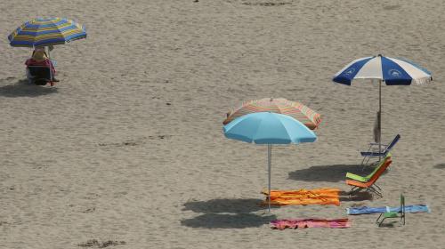 Playa, czyli nasza plaża, jest miejscem spotkań, wypoczynku, nawiązywania nowych znajomości, czas tu ospale idzie do przodu i tylko słonce daje znak ze czas się zanurzyć w ciepłych wodach morza. Calpe, Hiszpania.