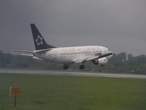 Przykładowe zdjęcie wykonane obiektywem Pentacon 4/300 #pzk #samolot #lądowanie #lotnisku