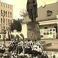 Pomnik Marszałka Piłsudskiego w Białymstoku w nowym ,godniejszym miejscu. W tle Centrum Astoria (PSS Białystok) oraz Archiwum Państwowe. Pomnik znajduje się na Placu Miejskim w sąsiedztwie Katedry pw. Wniebowzięcia NMP - Fary. #białystok