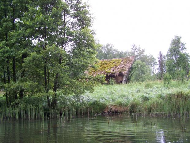 Pól szopy nad Kłonecznicą #szopa #Kłonecznica #NadRzeką #ruina