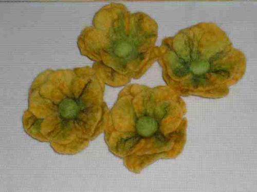 Filcowe kwiatki do dekoracji zasłon, poduszeczek, jako broszki. #filc #filcowanki