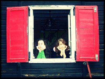 czerwone okiennice. modelki: Bela & Alice