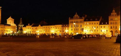 Czeskie Budziejowice nocą #miasto #rynek
