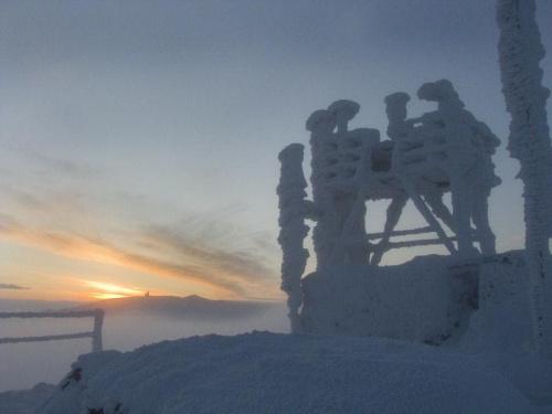 Wschód słońca nad Śnieżnymi Kotłami_widok od Szrenicy #Karkonosze #góry #zima #śnieg #Szrenica #ŚnieżneKotły #WschódSłońca