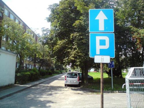 """SM """"Przodownik"""" ciekawie oznaczyła miejsca do parkowania, parkujemy po środku jezdni??? ;-P #przodownik #TomaszówMazowiecki"""