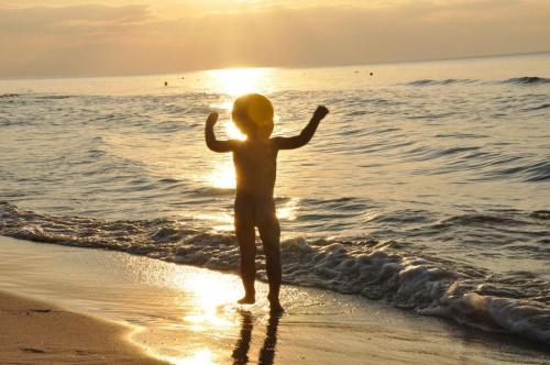 Taniec do Boga Słońca !!! #morze #zachód #plaża #dzieci