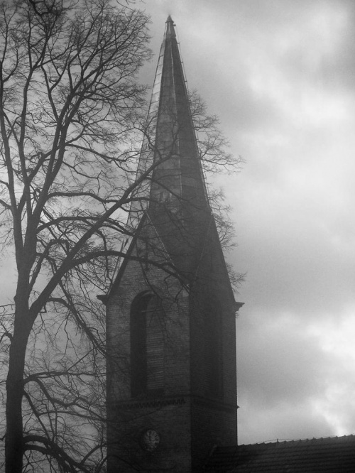Wieża kościoła. #kościół #wieża #zegar #mroczne #drzewo #chmury #CzarnoBiałe #miejsce #niebo #dach
