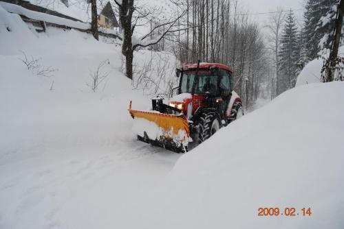 Nawet cieżki sprzet do odsnieżania sobie nie radzi z takimi opadami #traktor #pług #śnieg #zima