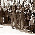 Oczekiwanie........... zdj. archiwalne. Koniec lat 70-tych. Porównajcie sprzęt dawnych fotoreporterów i obecnych. #ludzie #ulica #fotorepoterzy