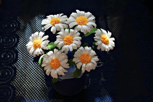 Margerytki #bibuła #dekoracje #hobby #KompozycjeKwiatowe #krepina #KwiatyZBibuły #MojePrace #pomysły #RobótkiRęczne